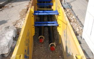 Rohrleitungen im Doppelpack: Vorlauf für das heiße Wasser, Rücklauf für das abgekühlte Wasser (Foto: Dr. Norbert Baumgärtner)