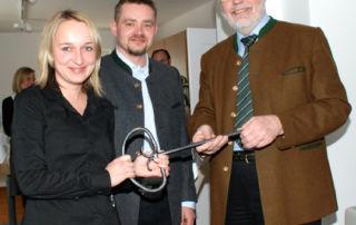 Schlüssel zum Erfolg: Bürgermeister Michael Sedlmair (rechts) übergibt das Geothermie-Haus an WVI-Geschäftsführer Andreas Hobmeier und dessen Mitarbeiterin Silvia Simmeth (Bild: Dr. Norbert Baumgärtner)